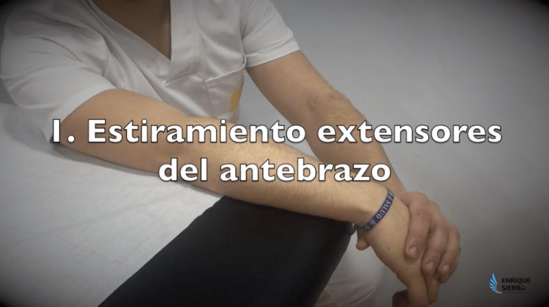 Ejercicios para epicondilitis con estiramiento de los extensores del antebrazo